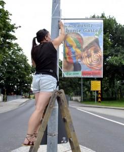Ramona Gehring beim plakatieren